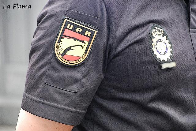 escudo de la upr de la policia en el uniforme de verano