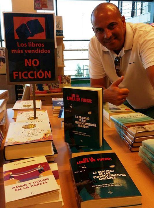 Ernesto Pérez Vera posa orgulloso junto a su libro en la sección de libros de unos conocidos grandes almacenes.