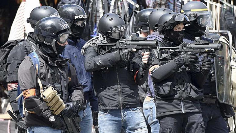 Agentes franceses con armas no letales para orden publico