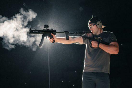 Hombre dispara con MP5