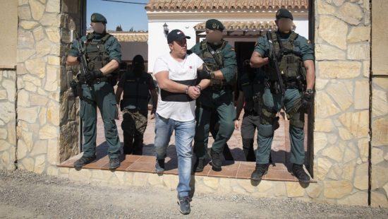 Chalecos y botas del gar de la guardia civil
